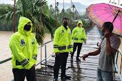 Dirlantas Polda Aceh Kirim Kayu Untuk Perbaikan Jembatan Gantung
