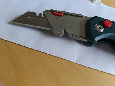 Bosch Professional Universal Klappmesser mit ausgeklappter und gelöster Klinge