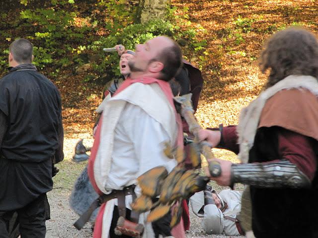 simultanéité amusante : un garde chaotique et l'inquisiteur qui tombent dans un même cri