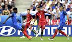 A portugál Nani (k), valamint a francia Samuel Umtiti (b) és Dimitri Payet a franciaországi labdarúgó Európa-bajnokság döntőében vívott Franciaország - Portugália mérkőzésen, Saint-Denis, 2016. július 10-én. (MTI Fotó: Illyés Tibor)