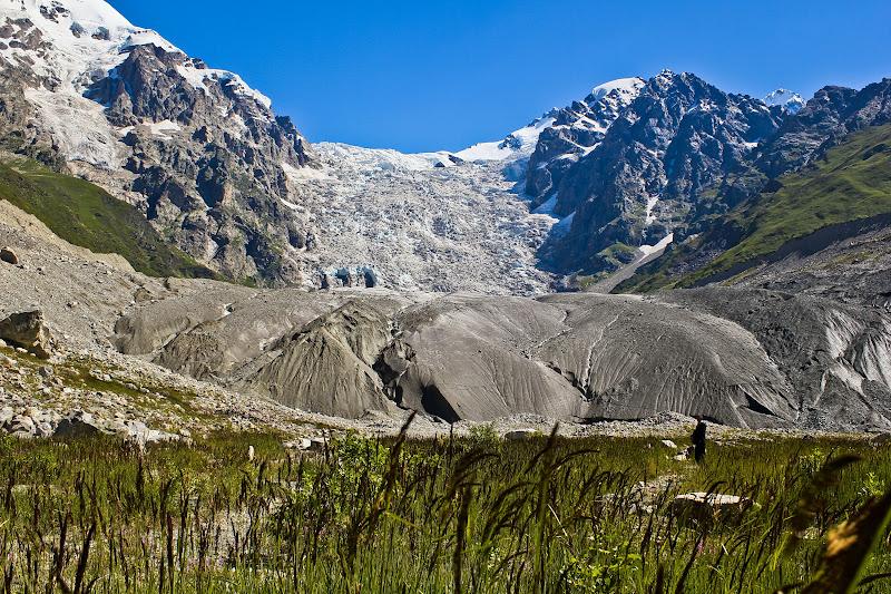 Глыбы льда, покрытые землей