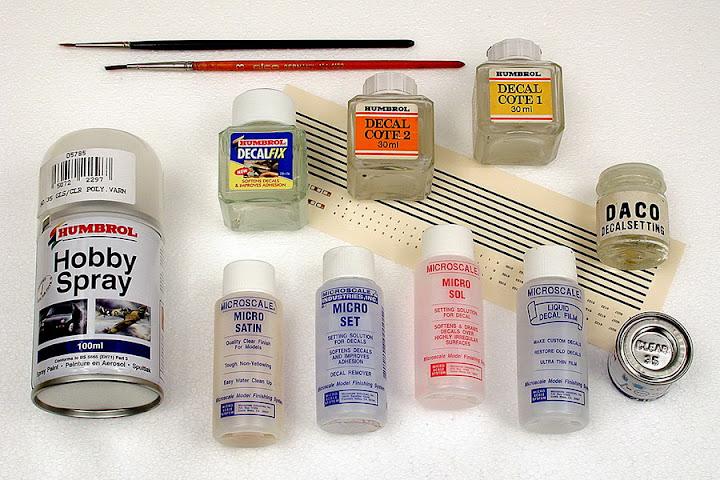 In de handel vind je verschillende hulpmiddelen voor het aanbrengen van decals. In de tekst worden deze producten uitvoerig besproken.