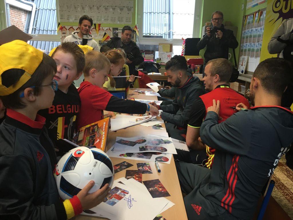 """Eden Hazard, Yannick Ferreira Carrasco et Michy Batshuayi se sont rendus à l'école communale les """"Rives du Hain"""" à Braine-le-Château"""