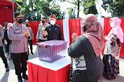 Peduli, Kapolri Sebar Ribuan Bansos untuk Warga Terdampak PPKM Darurat di Bandung