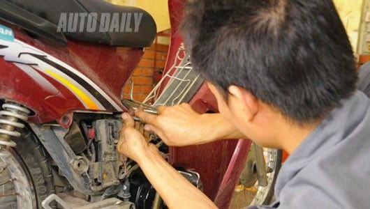 Nhiều người dùng đến các cửa hàng xe máy gần nhà để sửa chữa và thay đồ