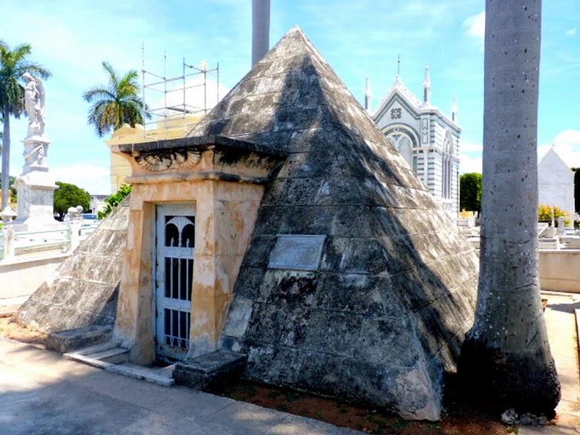 Tumba de la pirámide, Cementerio Colón.