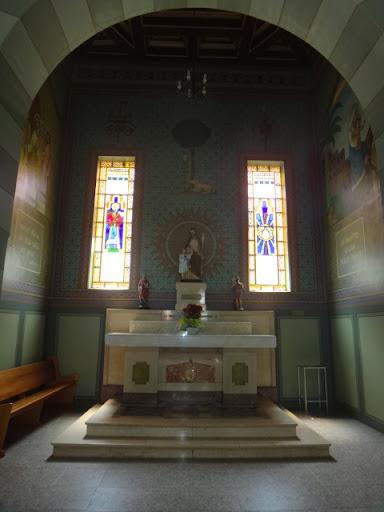 Vista Interna da Capela dedicada a São José. Verifica-se um forte apelo artístico a figura do Lírio, que além de ser uma bela flor, simboliza a pureza e a castidade.