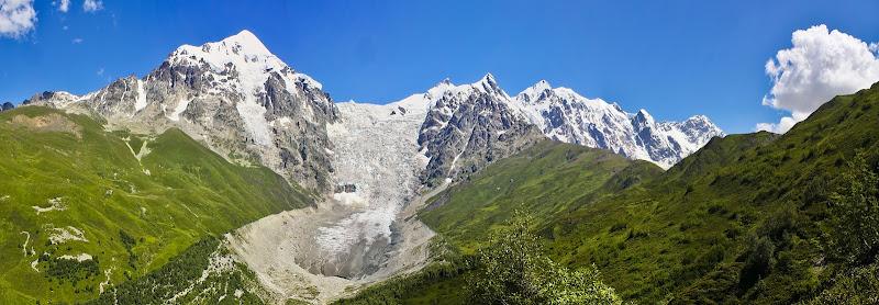 Село Ушгули находится совсем рядом - за перевалом в правой части этого кадра