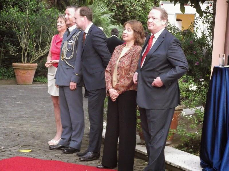 L'Ambasciatore, la sua consorte e alti ufficiali che accolgono gli ospiti