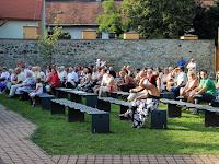 09 A közönség eleinte igyekezett az árnyékban helyet találni.JPG
