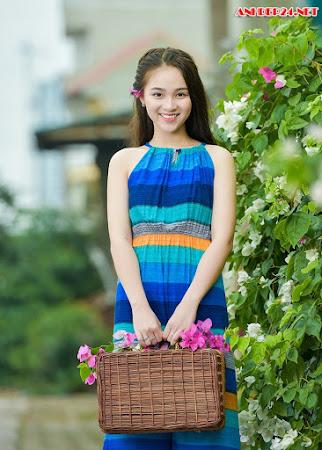 Thiếu nữ tuổi 16 lãng mạn bên giàn hoa giấy nở đẹp
