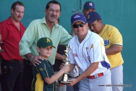 Entrega de trofeo a Juan Manuel Siller