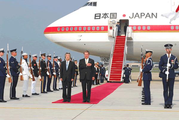 파일:external/upload.wikimedia.org/Koizumi_arriving_at_Andrews_AFB_28_June_2006.jpg