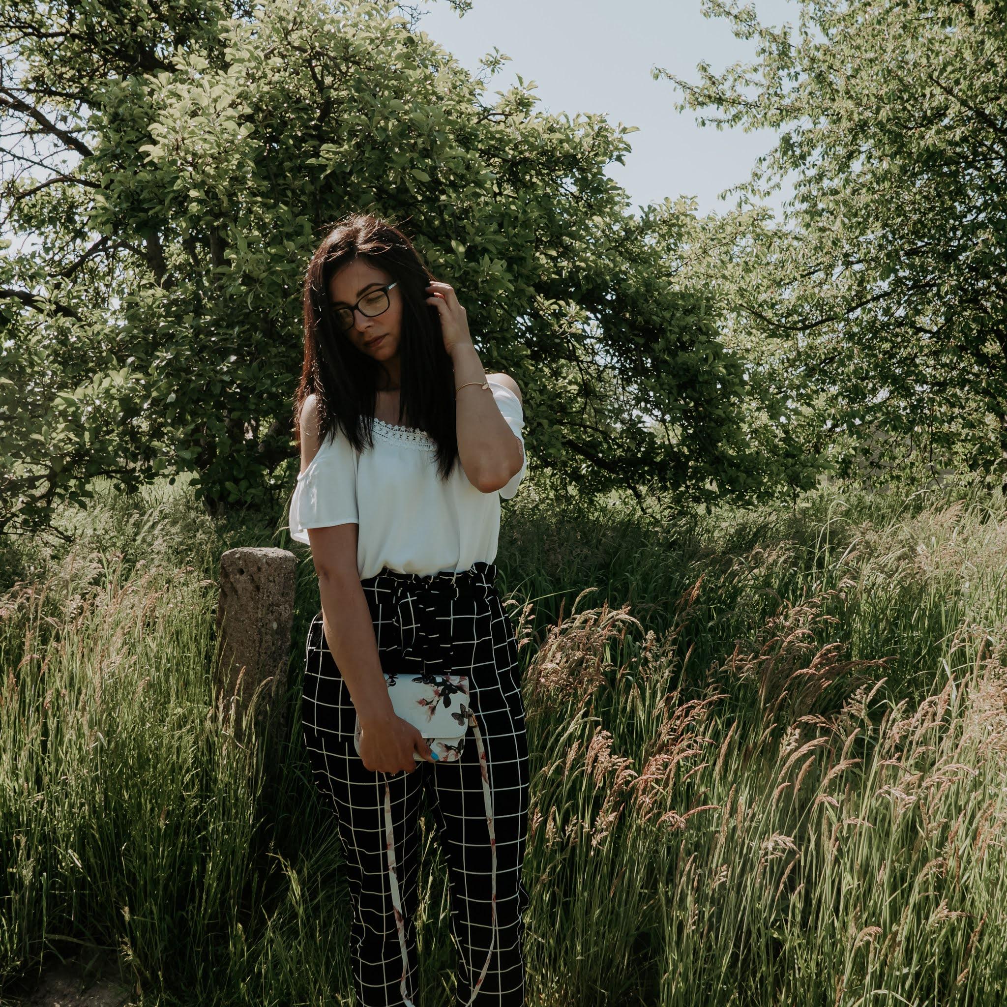 eleganckie spodnie i trampki