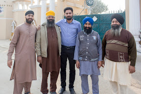 Group photo with Prem Singh(R), Head Granthi, Nankana Sahib.