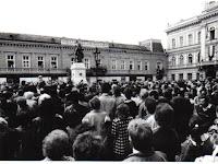 13 ... és végre ismét ez eredeti helyén! A szoborállítás ünnepélyes pillanata 1991. május 5-én.jpg
