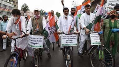 पेट्रोल और डीजल की बढ़ी कीमतों पर कांग्रेस का विरोध : बैलगाड़ी और साइकिल पर सवार हुए कार्यकर्ता