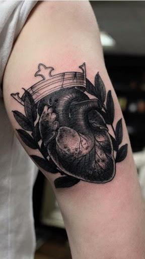 Coracoes com coroa tatuagens sao desenhos fantasticos para o braco