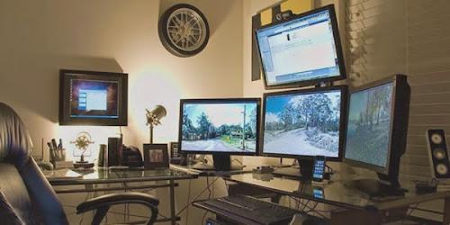 Moderna postazione di lavoro domestica multi-monitor