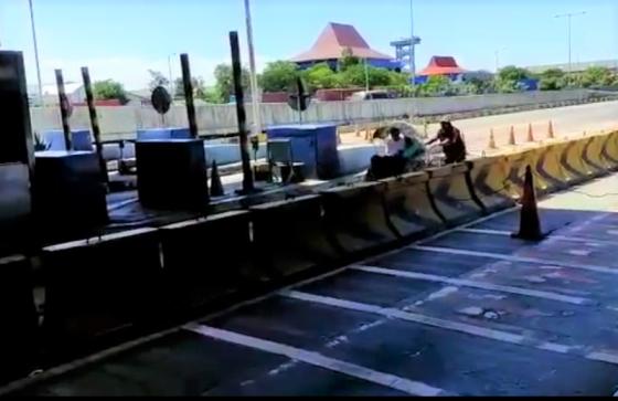 Petugas Sanksi Pengayuh Becak Terobos Tol Surabaya-Gresik