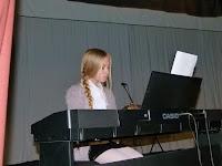 32 Várhosszúrét - Ibrányi kislány a zongoránál.jpg