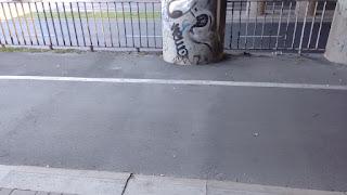 Zapadnięcie w poprzek drogi dla rowerów(strona zachodnia). Sprawa jest znana ZDiM i jest pod obserwacją. Wiadukt jest we władaniu kolei.
