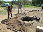 Postupné odkrývání studny. Okolo byla spousta hlíny, kamenů i betonu a cihel.