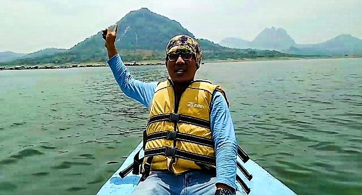 Makan di Kampung Air perlu nyebrang pakai bargas, berenang juga boleh