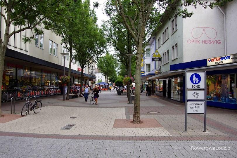 Strefa piesza w niemieckim Kehl... z dopuszczeniem jazdy rowerem.