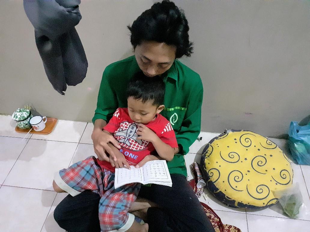 Si K belajar membaca hijaiyyah menggunakan metode An-Nahdliyah