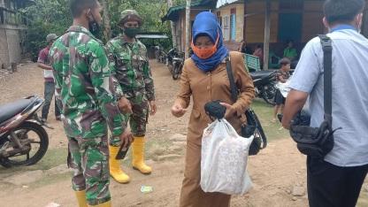 Sinergisitas Pemerintah Kelurahan Batu Rosak dengan TNI, Bagikan Masker ke Warga di  TMMD Kodim Tapsel