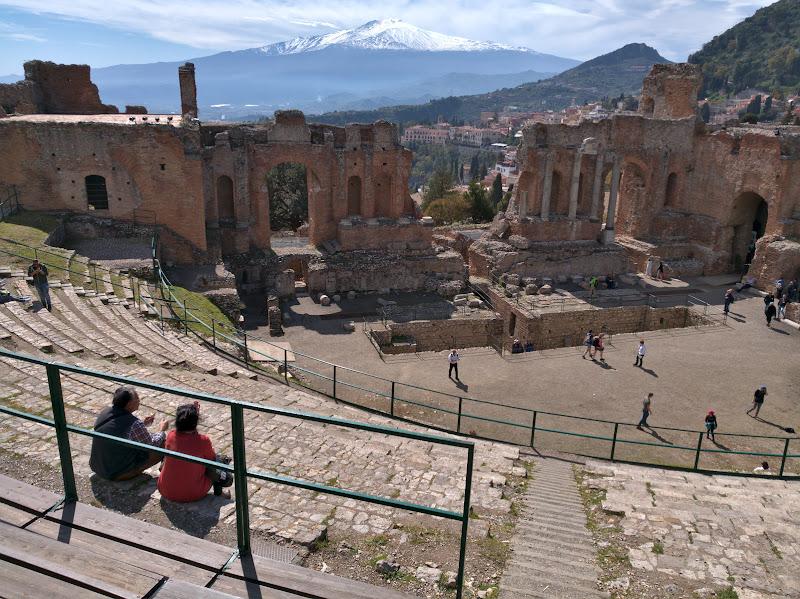 Taormina, teatrul grecesc cu cea mai faina priveliste. Mi se pare incredibil cand stai sa te gandesti ca un obiect construit de om indeplineste acelasi scop si la 2400 de ani de la constructie.