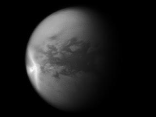 Una gran tormenta con forma de flecha sobre la región ecuatorial de Titán