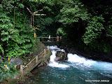 Utforskar vattenfallen vid Git-Git på Bali.
