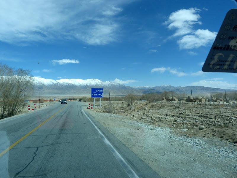 XINJIANG. Karakoram Highway, lune des plus haute route au monde, en passant a 4400 m - P1280540.JPG