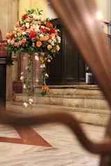 Fotos do evento Arranjos com colunas. Foto numero 12. Fotografia (fotografias) da Carla Flores, que faz decoração floral em eventos sociais e corporativos usando as mais lindas flores. Faz bouquet (buquê) de noiva, decoração de casamento, decoração de festas, decoração de 15 anos, arranjos de mesa, decoração de salão de festa, locação de mobiliário, decoração de igreja, arranjos de casamento e decoração dos mais lindos eventos. Atua em Niterói, Rio de Janeiro (RJ).
