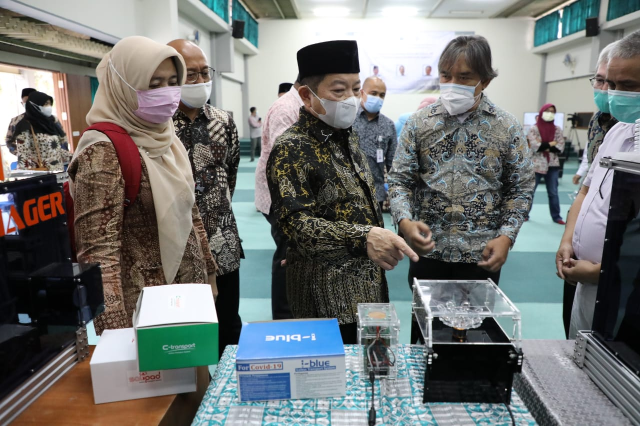 The Minister of National Development Planning Reviewed Biomedical Products developed by ITB and UNPAD