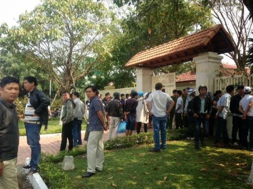Người dân tập trung trước cửa nhà ông Nguyễn Bá Thanh ở Đà Nẵng.