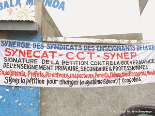 Enseigne de l'assemblée générale de la synergie des syndicats des enseignants de la RDC le 28/08/2014 à Kinshasa. Radio Okapi/Ph. John Bompengo