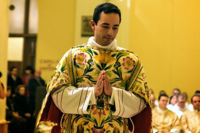 Moisés Tena recibiendo el orden del diaconado