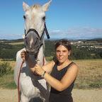 Julie (Jeune cavalière, galop 5) et sa jument Farandole. Sauvée de maltraitance a l'age de 13ans, Farandole a peu a peu repris confiance en l'homme grâce a la douceur et la patience de Julie. Après un peu plus d'un an de travail, elles ont même commencé les Concours en épreuves club en étant classées très régulièrement ! Leurs efforts ont été récompensés !