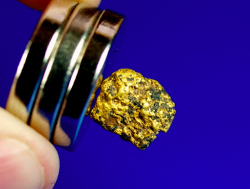 encontrar ouro com um ímã