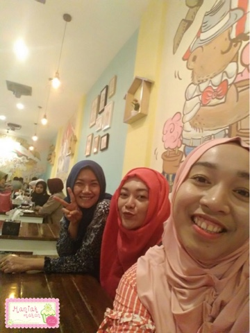maniak-makan-tjemal-tjemil-solo-cafe-wefie-interior-cafe