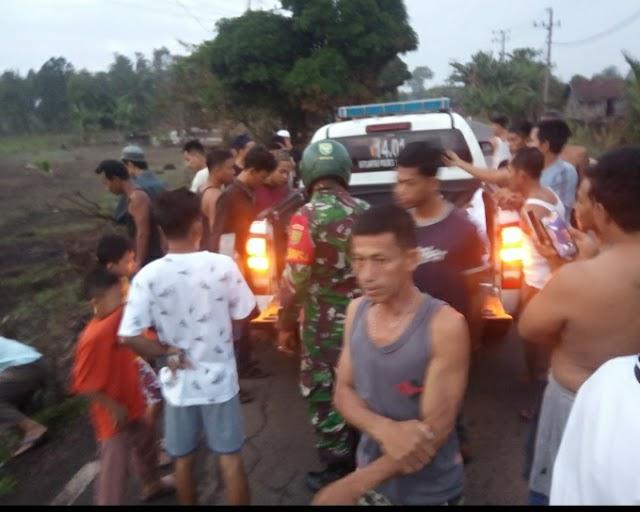 """KAPOLRES TULANG BAWANG berhasil mengungkap identitas dari dua korban kecelakaan lalu lintas (Laka Lantas) yang terjadi hari Jumat (14/05/2021), pukul 04.00 WIB, di Jalan Lintas Timur (Jalintim), Km 125, Lingkungan Bugis, Kelurahan Menggala Kota, Kecamatan Menggala, Kabupaten Tulang Bawang Provinsi Lampung, akhirnya terungkap awalnya di temukan dua korban laka lantas tersebut sudah dalam keadaan meninggal dunia (MD) dan tanpa identitas, selanjutnya di evakuasi oleh petugas Satuan Lalu Lintas (Satlantas) Polres Tulang Bawang ke Rumah Sakit Umum Daerah (RSUD) Menggala.""""Dua korban laka lantas MD yang awalnya ditemukan tanpa identitas akhirnya berhasil di ungkap oleh petugas Satlantas Polres Tulang Bawang Aipda Mutrisno,"""" ujar Kasat Lantas AKP Suhardo, SH, mewakili Kapolres Tulang Bawang AKBP Andy Siswantoro, SIK.Lanjutnya, Aipda Mutrisno ini mencari informasi kearah unit 1 dan akhirnya berhasil menemukan keluarga dari para korban, kemudian mengajaknya ke RSUD Menggala.Kasat Lantas menjelaskan, adapun identitas dari para korban yang MD tersebut yakni Eko Putra Bin Bawor (22), berprofesi swasta dan Angga Diputra Bin Sugito (21), berprofesi swasta. Mereka merupakan warga Kampung Penawar Jaya, Kecamatan Banjar Margo, Kabupaten Tulang Bawang.""""Untuk jenazah Eko Putra, diambil langsung oleh Suprianto (46), berprofesi tani, yang merupakan paman korban dan jenazah Angga Diputra, diambil langsung oleh Suyetno (43), berprofesi tani, yang juga merupakan paman korban,"""" jelas AKP Suhardo.Setelah membuat surat pernyataan di RSUD Menggala, jenazah para korban ini langsung di bawa oleh keluarganya menuju ke rumah duka dengan menggunakan mobil ambulance milik kampung.(*)"""
