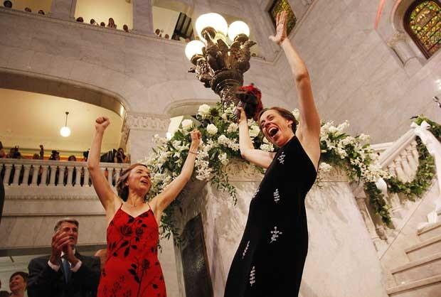 Margaret Miles (à direita) comemora com Cathy ten Broeke (a esquerda) o casamento nesta quinta-feira (1°) em Minnesota (Foto: Stacy Bengs/ AP)
