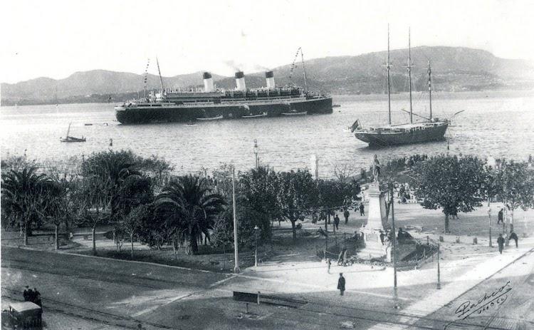 22 de noviembre de 1927. El CAP ARCONA fondeado en la ria. A la derecha se aprecia el KLOSOFI fondeado como Club Nautico de Vigo.jpg