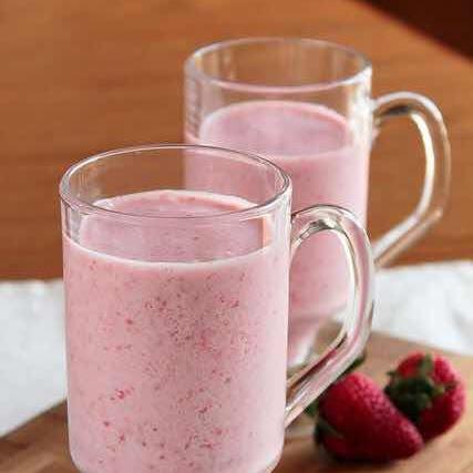 Rezept: Cremiger Smoothie mit Erdbeeren, Kiwi und Mandelmilch
