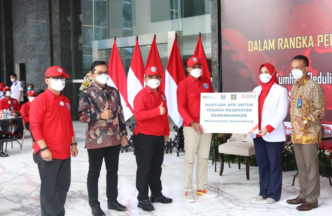 "1.000 Bingkisan Diserahkan untuk Pasien Wisma Atlet dalam Giat ""Kumham Peduli, Kumham Berbagi dan Empati Kumham"""