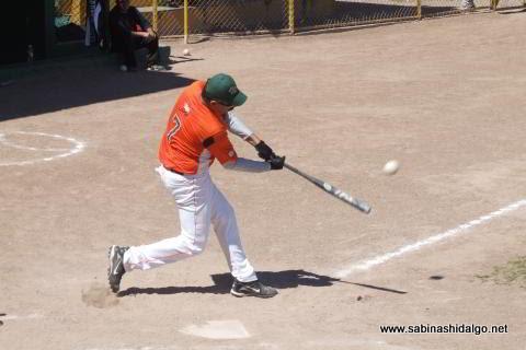 Pedro Morales de Pica Piedras en el softbol dominical