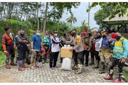 Kapolres Lumajang Selain ke Polsek Pasirian Bersilaturahmi ke Masyarakat Dengan Memberi Bansos